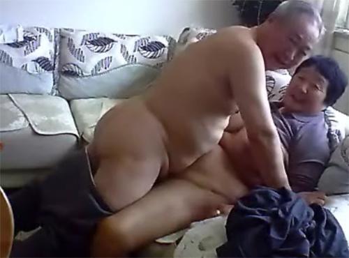 70代と60代熟年夫婦生活の寝室の老人のセックス動画無料
