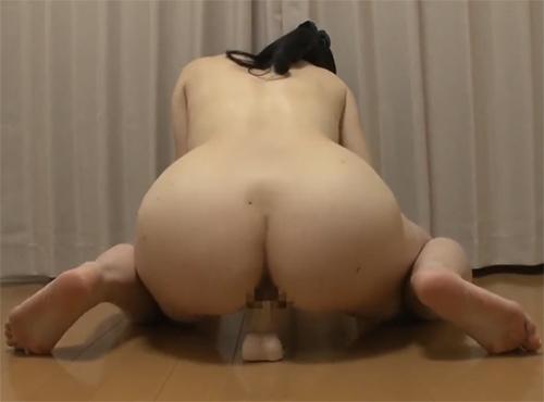 ポルノビデオの経験豊富なデカ尻おばさんが奥まで丸呑み杭打ちディルドオナニー動画