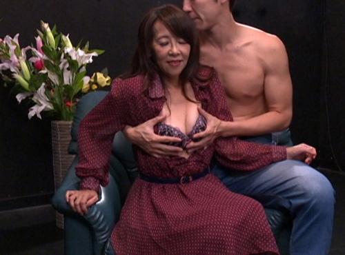 中年夫婦no/夜60歳の熟女が我が子よりも若いオトコに抱かれ悶えイキするおめこ動画